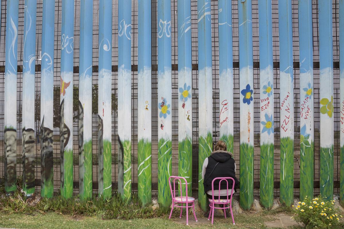 Alejandra Vallejo visita a su esposo Daniel en el Parque de la Amistad. En el momento en que se tomó esta fotografía, la pareja llevaba dos meses reuniéndose en el parque cada sábado y cada domingo durante los últimos dos meses. Daniel no puede salir de Estado Unidos por estar en libertad condicional y Alejandra no dispone de documentos para cruzar la frontera y entrar en Estados Unidos. Fotografía: Griselda San Martín