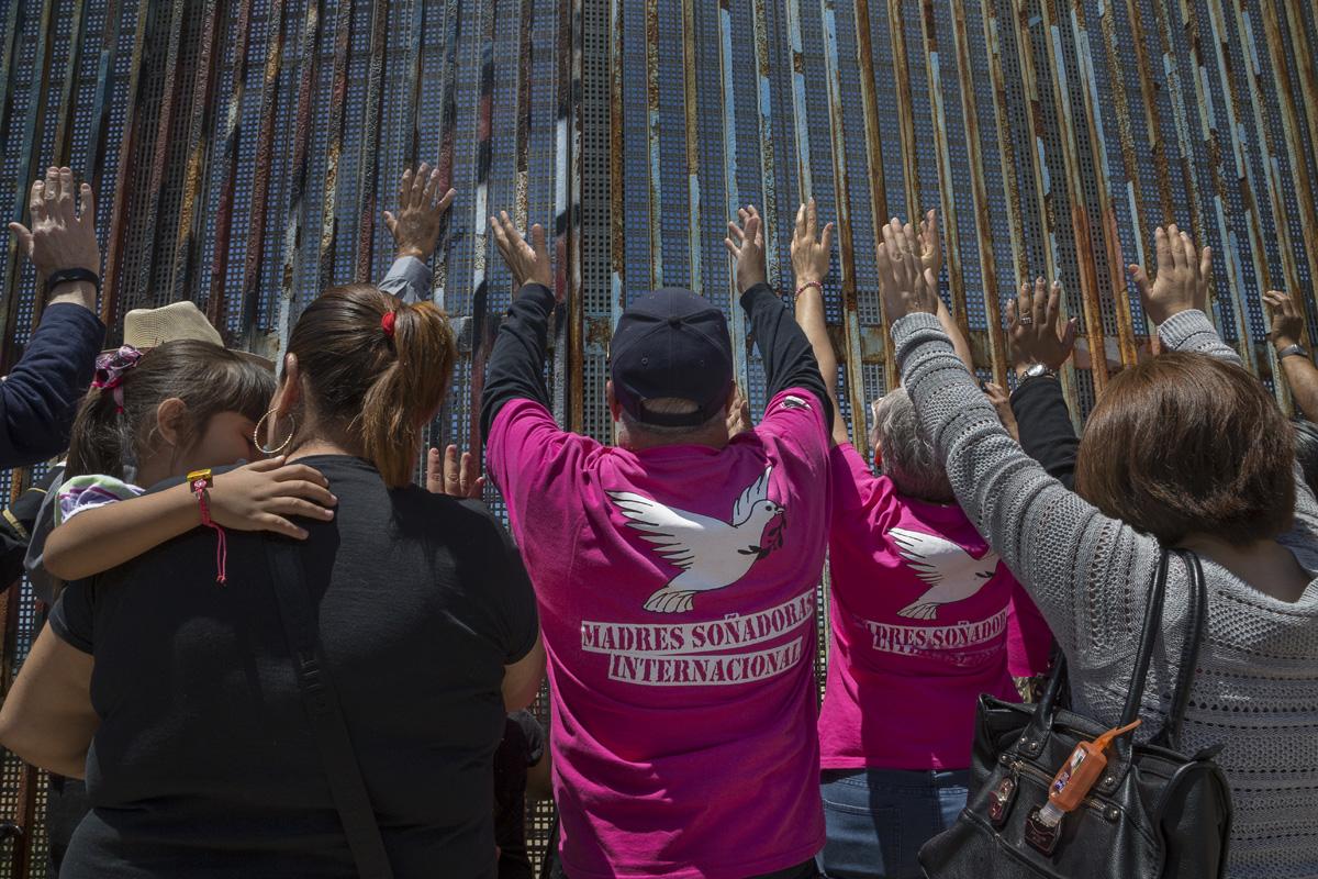 """Miembros de la organización Madres Soñadoras se reúnen para el servicio religioso binacional en el Parque de la Amistad. Las Madres Soñadoras son madres de ciudadanos estadounidenses o de """"dreamers"""" y que han sido deportadas y por tanto separadas de sus hijos. Fotografía: Griselda San Martín"""