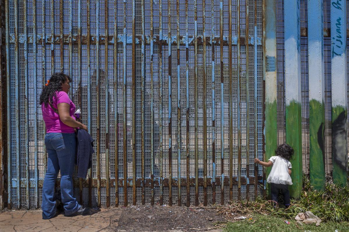 Olga Camacho y su nieta Yara, de dos años, se reúnen con el hijo de Olga, Jonathan y las primas de éste, Valeria y Ana. Jonatan es beneficiario del programa DACA y ha podido permanecer y trabajar en Estados Unidos legalmente. Sin embargo, este programa no permite salir y entrar del país libremente. Olga y su hijo Jonathan llevan 13 años separados. Fotografía: Griselda San Martín