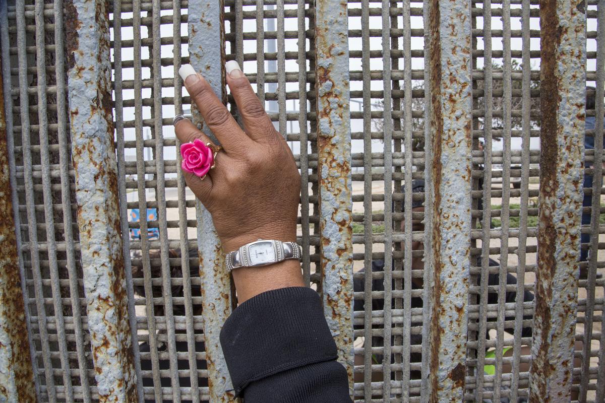Esther González visita a sus hijos y nietos en el Parque de la Amistad. Ha estado separada de sus hijos Alejandro y Magdalena durante 4 años desde que dejó los EE.UU. debido a una emergencia familiar. Se reúnen en la frontera una vez al mes. Fotografía: Griselda San Martín