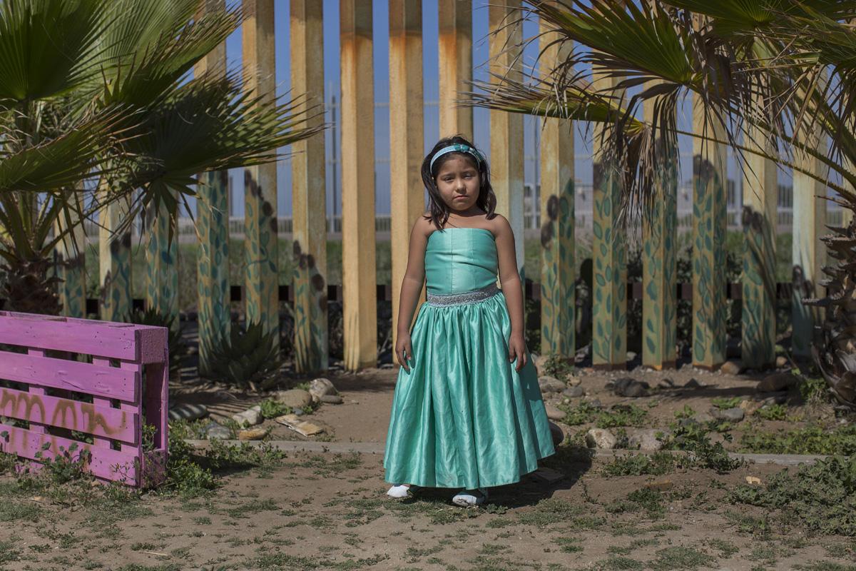 Arely García Abad, de 6 años, posa para un retrato en el Parque de la Amistad, en Tijuana, México. Arely y su hermana viven con su abuela Gladys, que vino de Guatemala hace décadas con la esperanza de cruzar a los Estados Unidos, pero terminó quedándose en Tijuana. Fotografía: Griselda San Martín