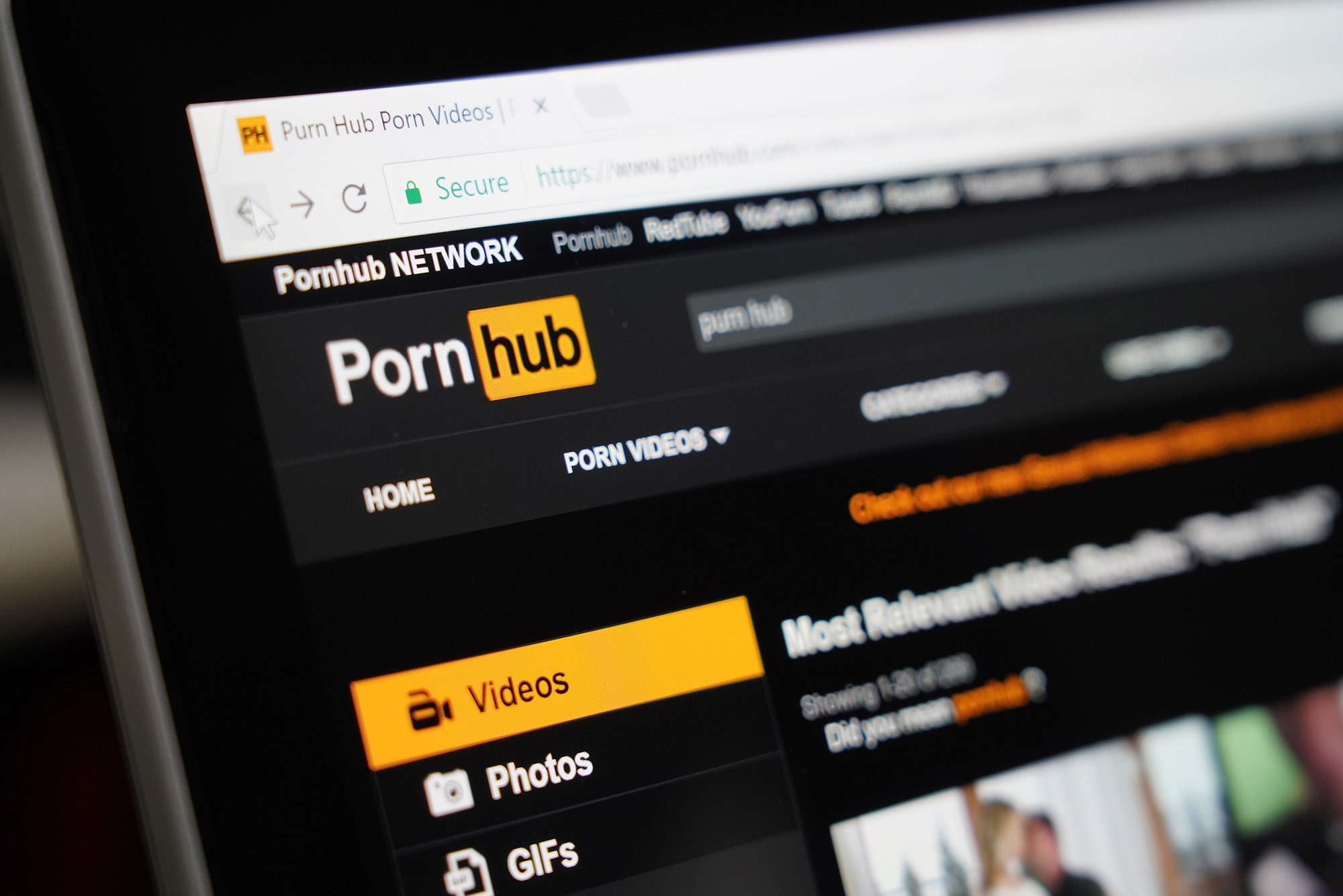 Pornhub acusado de incluir videos de abuso sexual y violaciones en la plataforma