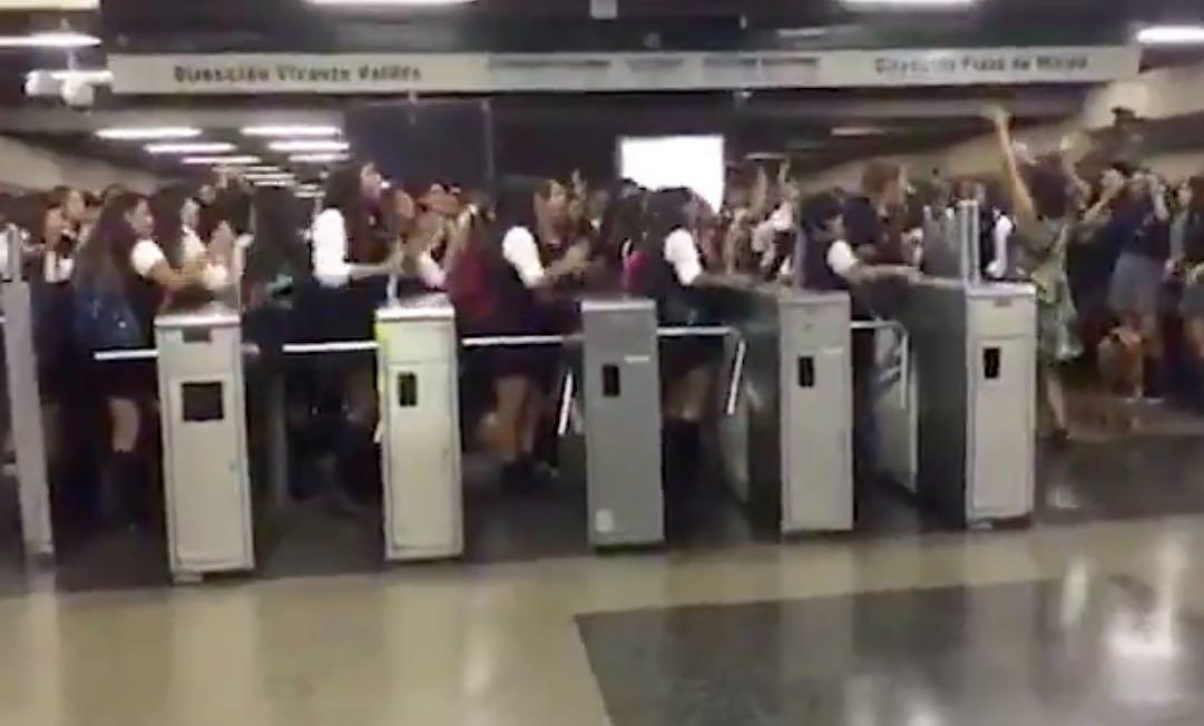 Chile: Evasiones masivas de estudiantes generan caos en el Metro de Santiago