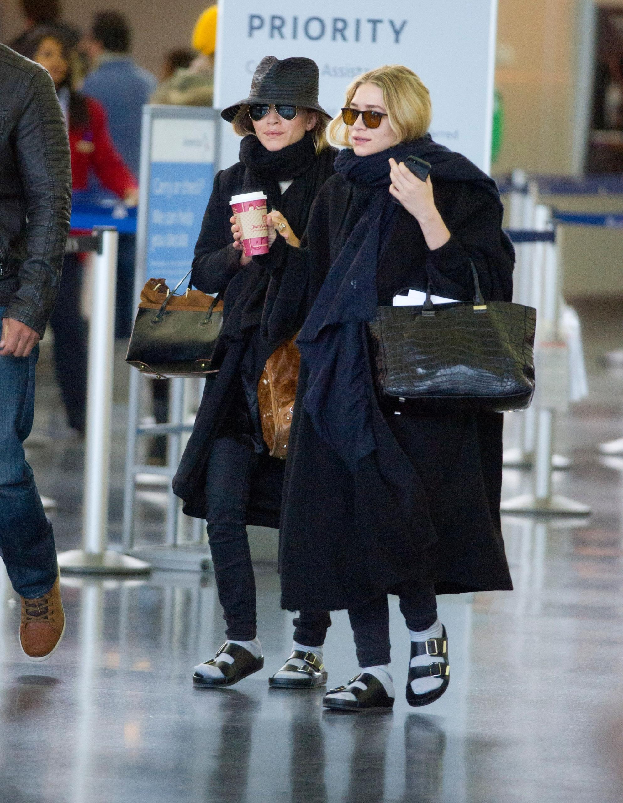 10 looks de Mary-Kate y Ashley Olsen que las convierten en el dúo más icónico de la moda