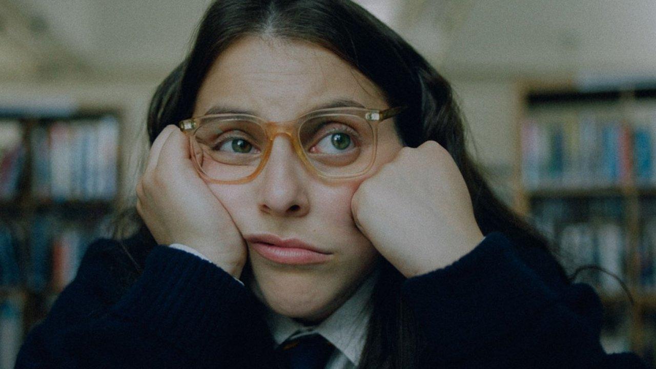 """How To Build A Girl"": Beanie Feldstein quiere ser una crítica musical adolescente en esta comedia coming-of-age"