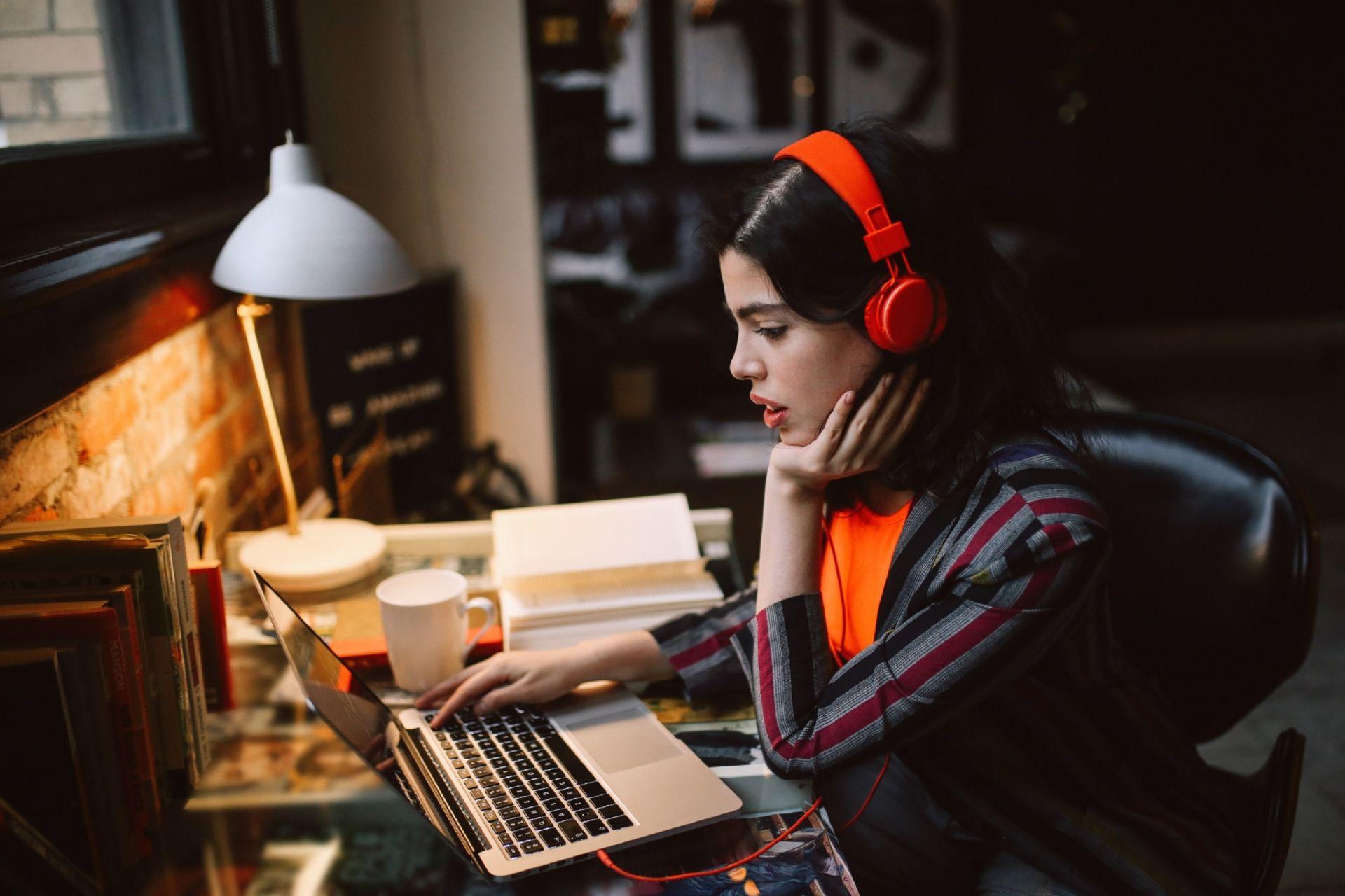 Estudio revela que el 43% de las personas están escuchando música de artistas que no conocían durante la cuarentena