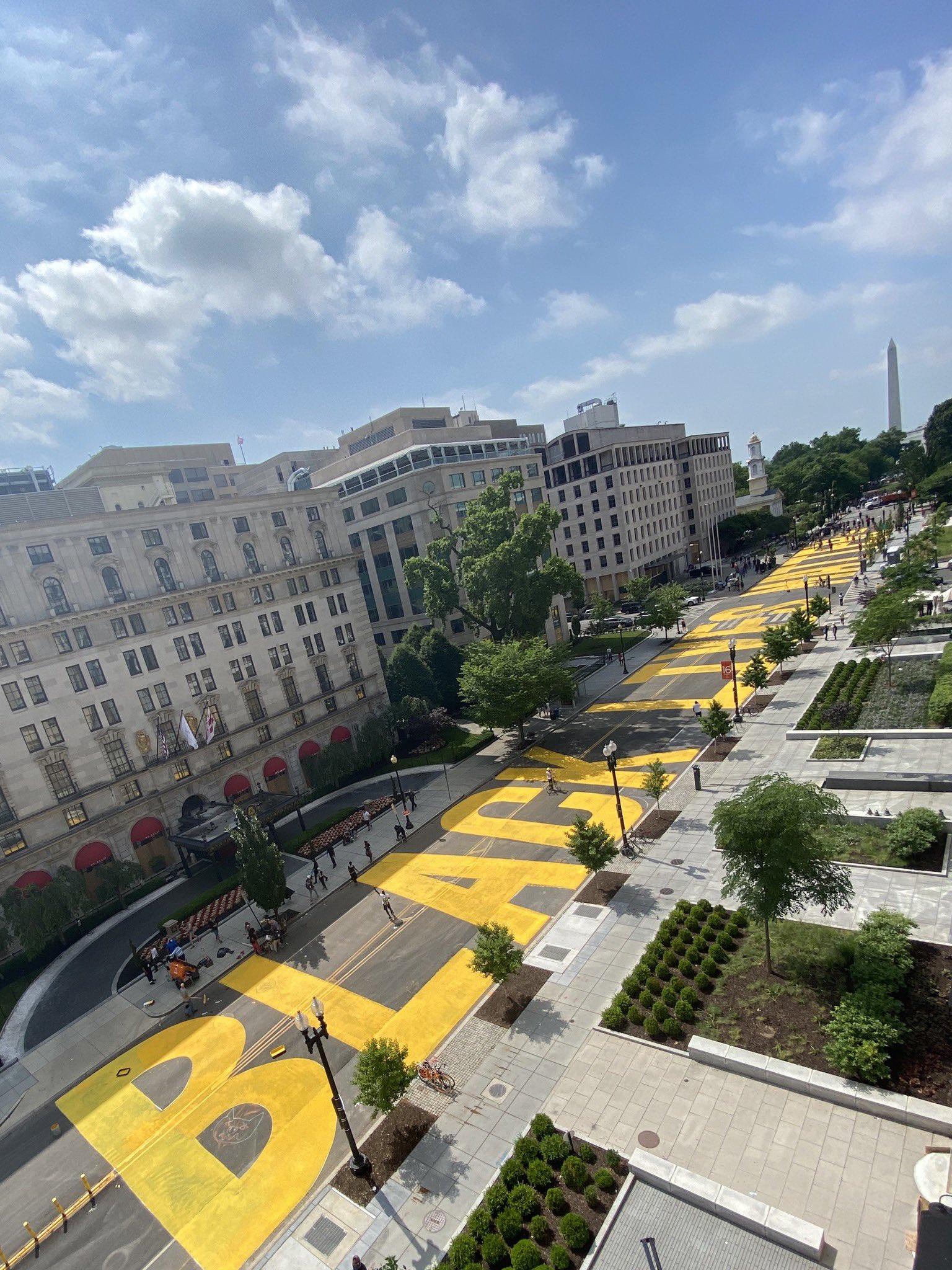 """La alcaldesa de Washington D.C. mandó a pintar un mural gigante de """"Black Lives Matter"""" detrás de la Casa Blanca"""