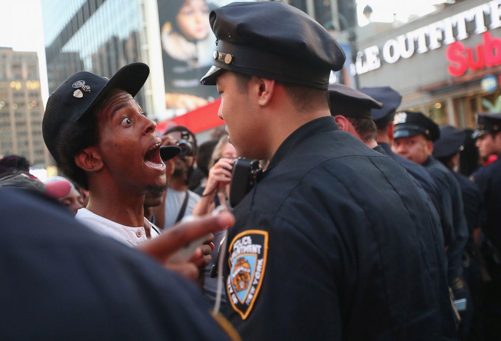Un hombre discute con un oficial de policía sobre la absolución de George Zimmerman, en Nueva York, el 14 de julio de 2013. Fotografía: Mario Tama/Getty Images