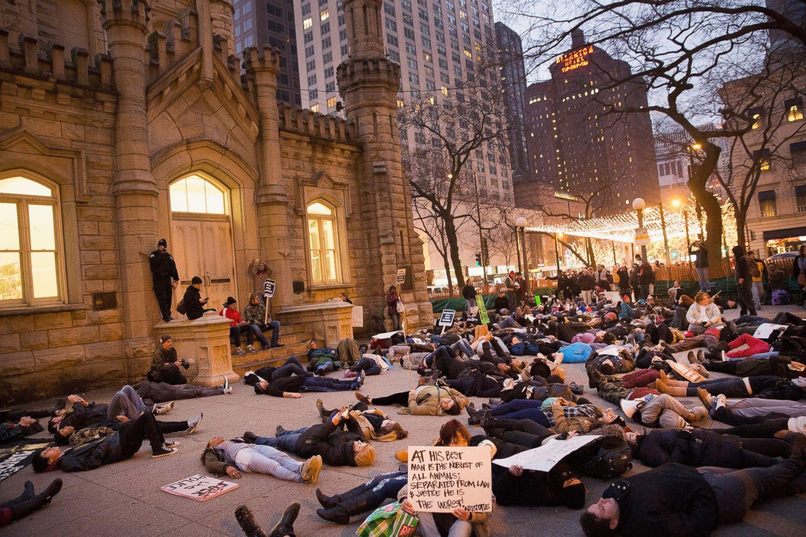 Manifestantes escenifican una muerte en la Torre del Agua de Chicago en Chicago durante una marcha a lo largo del distrito comercial Magnificent Mile en la Avenida Michigan para protestar contra el abuso policial, 13 de diciembre de 2014. Fotografía: Scott Olson/Getty Images