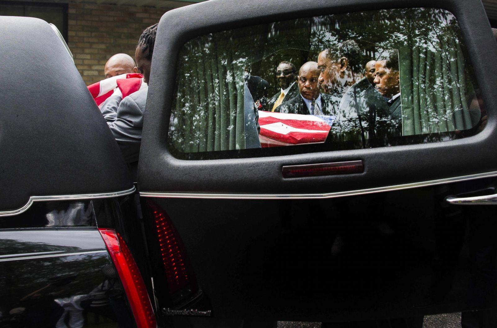 Personas cargando el ataúd de Walter Scott. Fotografía: Jim Watson/AFP/Getty Images