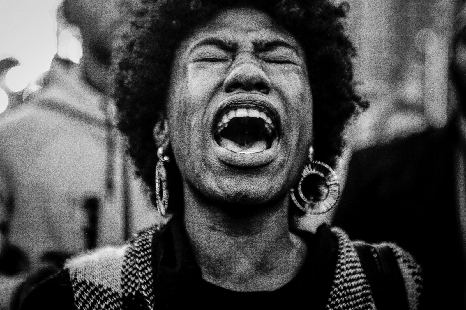 Mecca Verde, de 18 años, está junto a otros manifestantes del movimiento Black Lives Matter en el Inner Harbor para protestar por la confirmación de Kevin Davis como nuevo comisionado de la policía de la ciudad de Baltimore, el 19 de octubre de 2015. Fotografía: Gabriella Demczuk