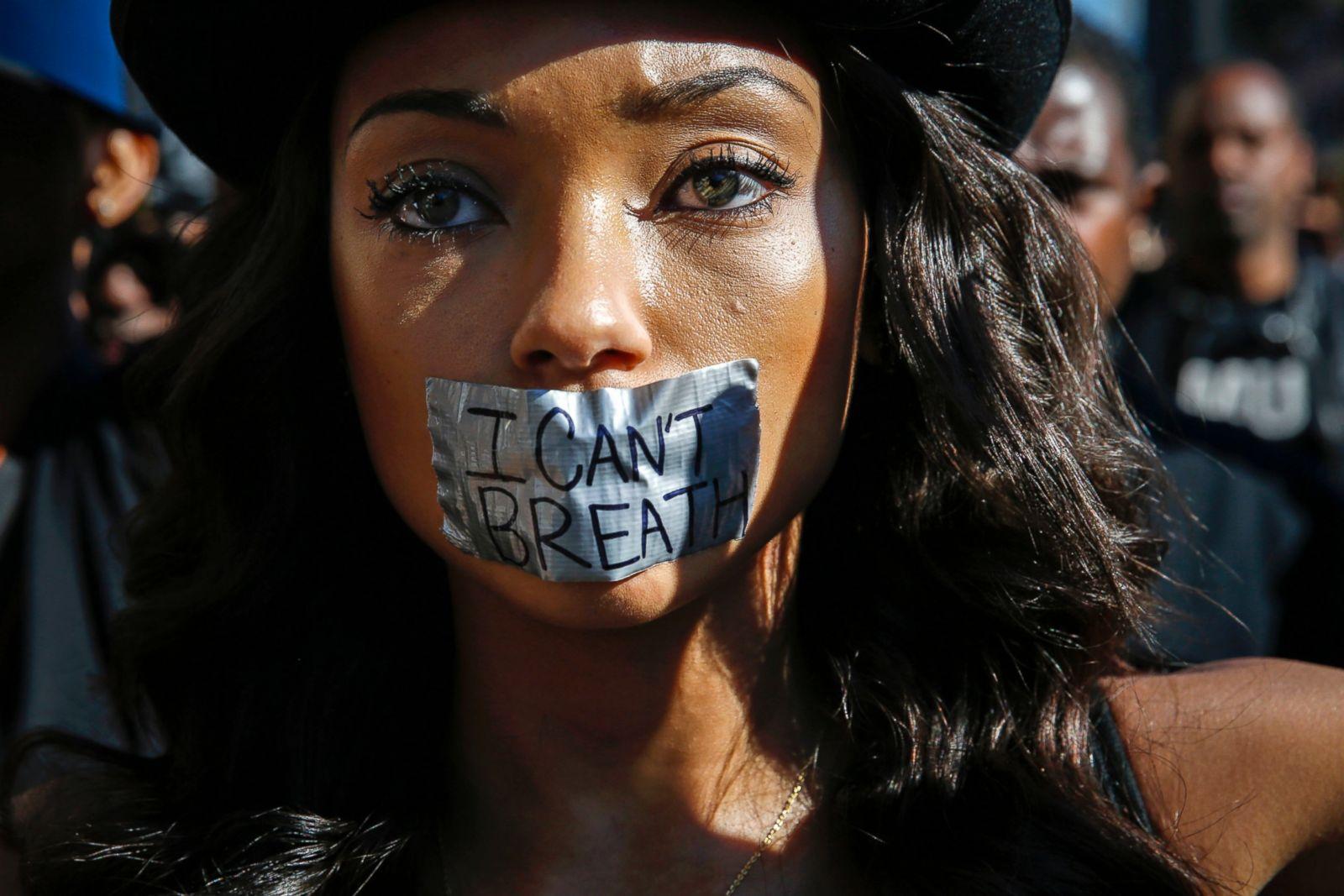 Logan Browning está de pie con cinta adhesiva sobre su boca con otros manifestantes durante una protesta contra la violencia policial en Hollywood, California, el 6 de diciembre de 2014. Fotografía: Patrick T. Fallon/Reuters