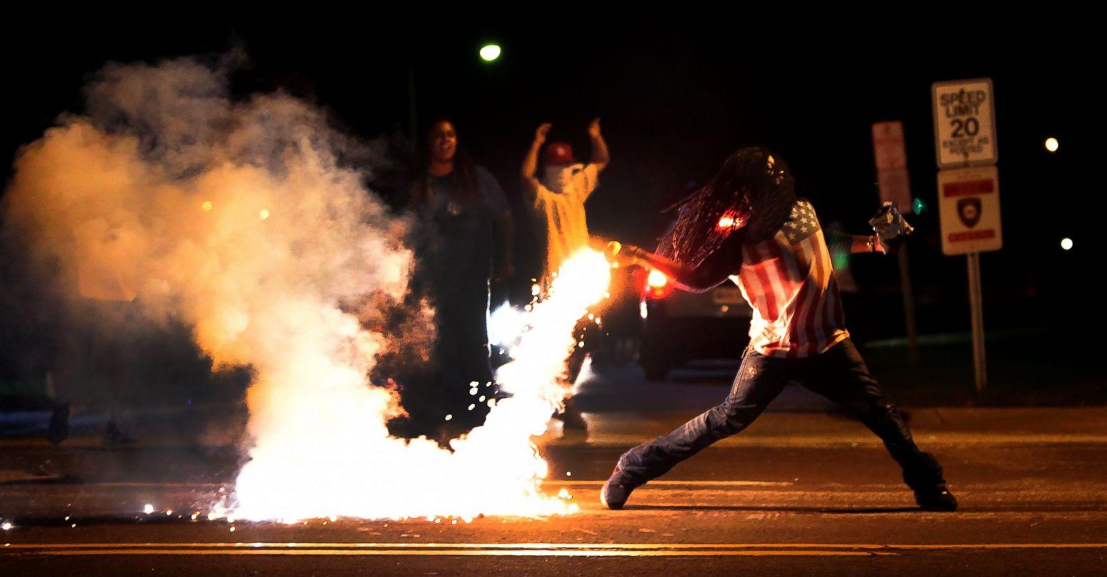Un manifestante arroja un contenedor de gas lacrimógeno durante una protesta por la muerte a tiros de Michael Brown, el 13 de agosto de 2014, en St. Louis, Missouri. Fotografía: Robert Cohen/St. Louis Post-Dispatch/AP Photo