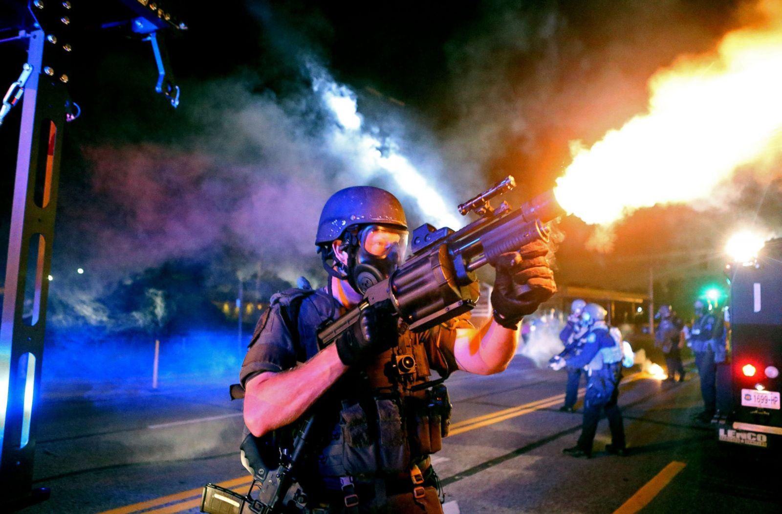 La policía dispara gas lacrimógeno durante una protesta por la muerte de Michael Brown en Ferguson, Missouri, el 18 de agosto de 2014. Fotografía: David Carson/St. Louis Post-Dispatch/Polaris