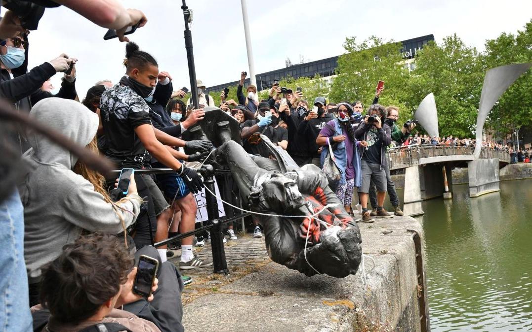 Reino Unido: Manifestantes derriban estatua del esclavista Edward Colston y la lanzan al agua