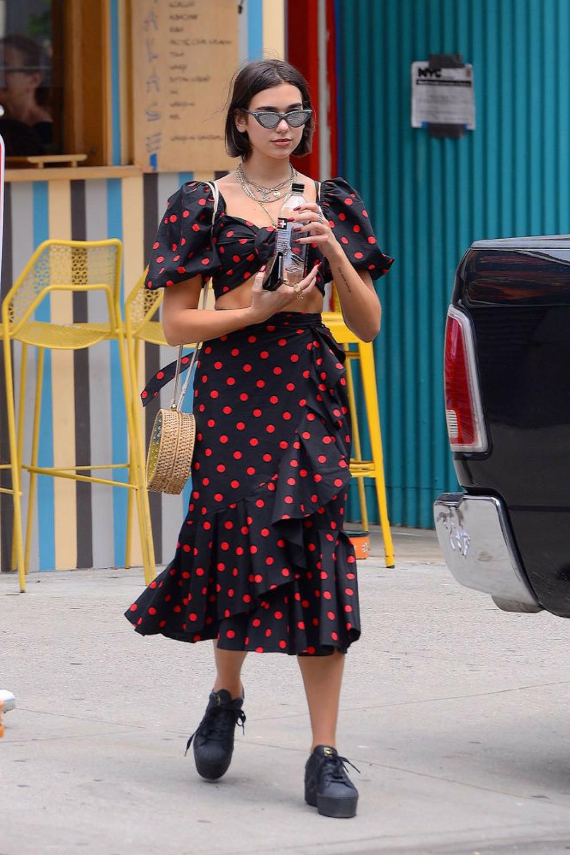 10 looks de Dua Lipa que la convierten en la fashionista nostálgica del pop