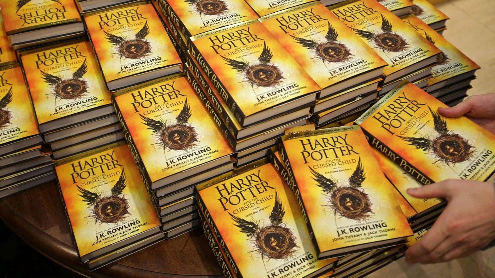 Empleados de la editorial de J.K. Rowling se niegan a trabajar en su próximo libro por sus mensajes transfóbicos