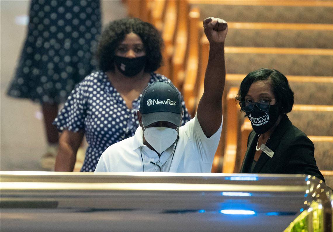 Miles de personas despiden a George Floyd en Houston; reporte afirma que la policía de EE.UU. mata a unas 1.000 personas al año