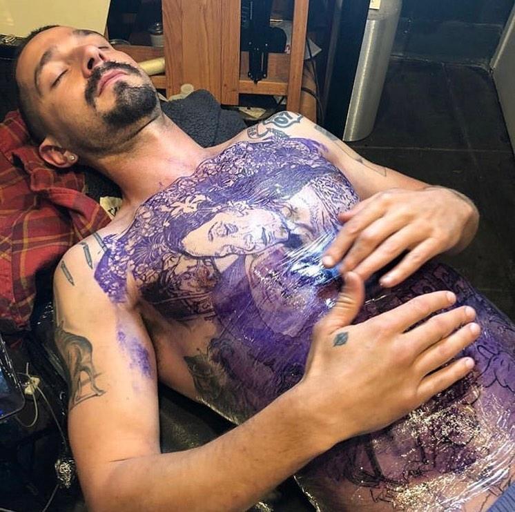 """Shia LaBeouf se hizo un tatuaje real en todo el pecho para la película """"The Tax Collector"""""""
