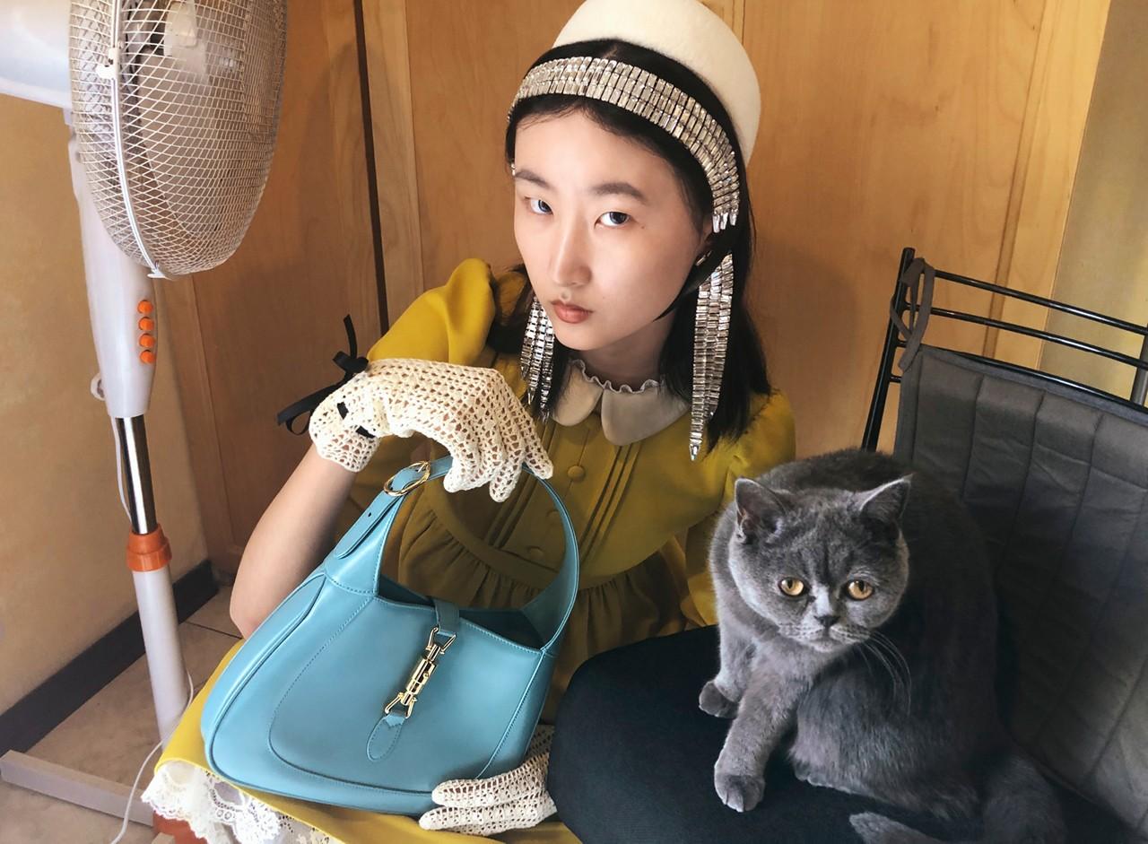 La nueva campaña de Gucci está llena de selfies de modelos, karaoke y gatos desde la cuarentena