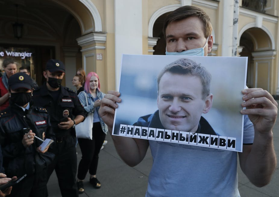 Opositor de Putin, Alexei Navalny, mejora su estado de salud mientras es vigilado por temor a un nuevo atentado