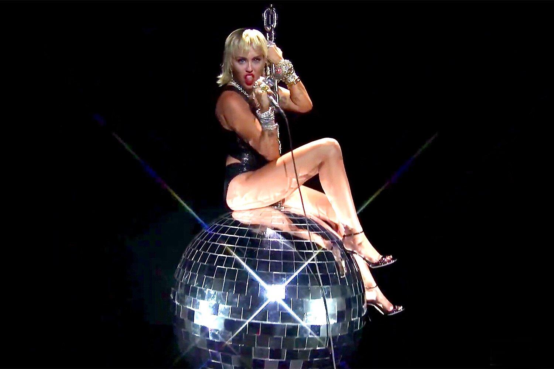 Miley Cyrus recibió comentarios sexistas de los directores de MTV por su presentación en los VMAs