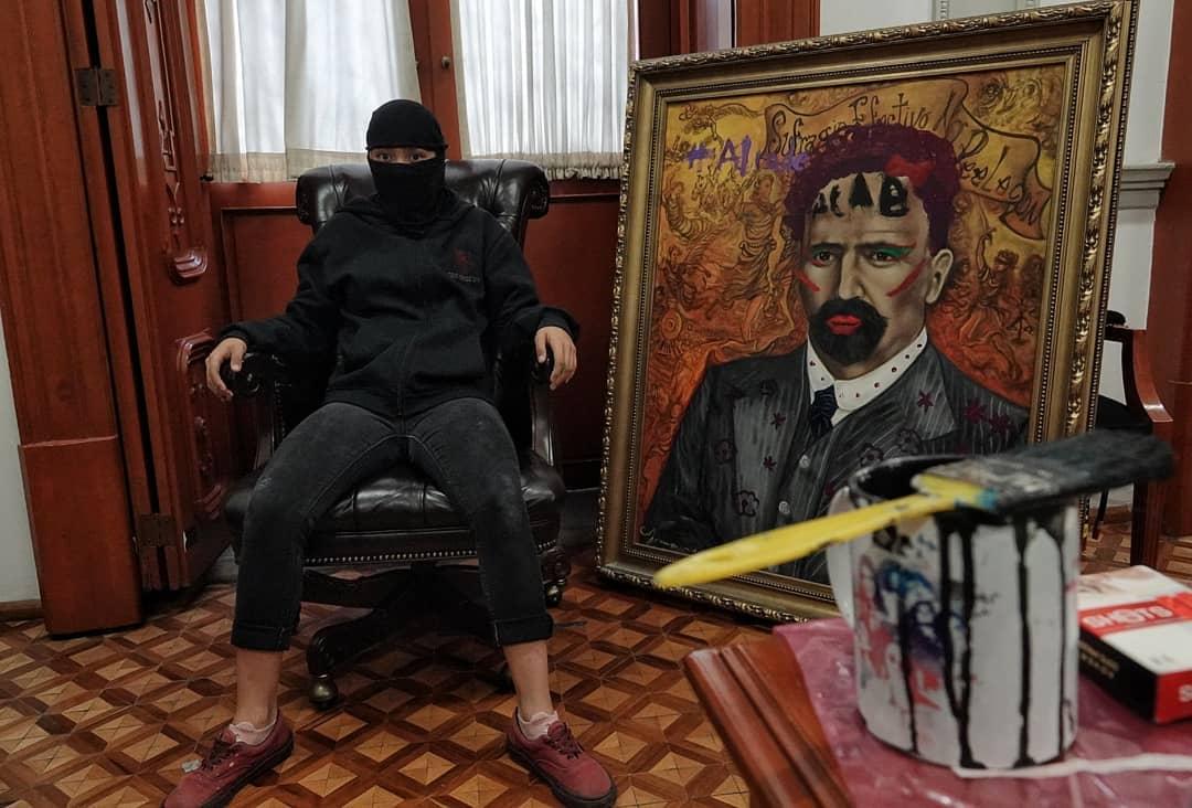 México: Feministas usan la pintura como arma en protesta contra la violencia en la CDMX