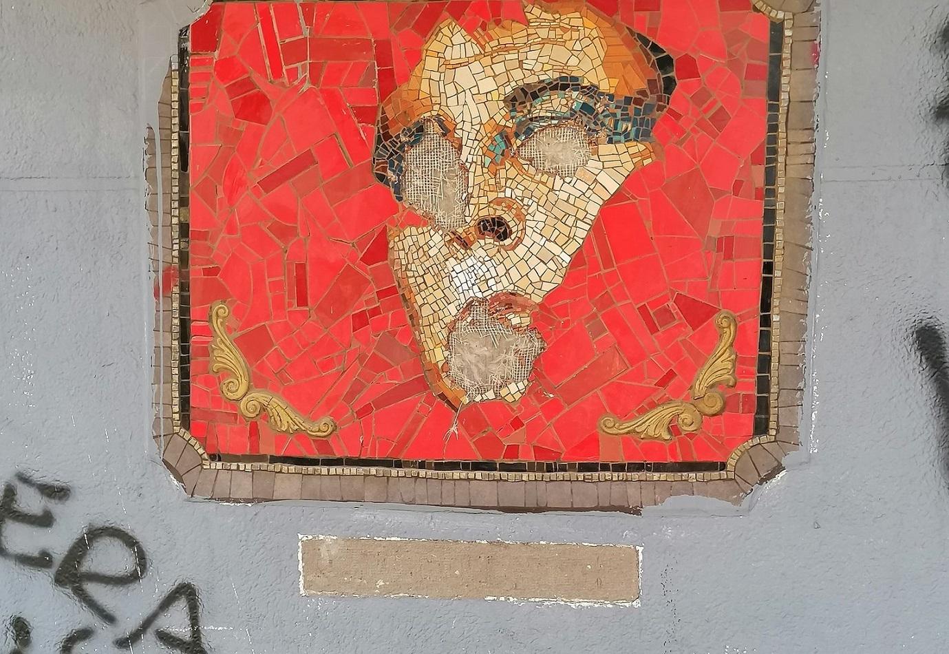 Chile: Mutilado con martillos mosaico en honor a Pedro Lemebel en Santiago