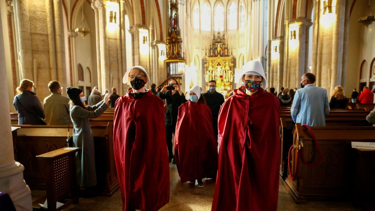 Polonia: Miles de manifestantes protestan en iglesias contra más restricciones al aborto