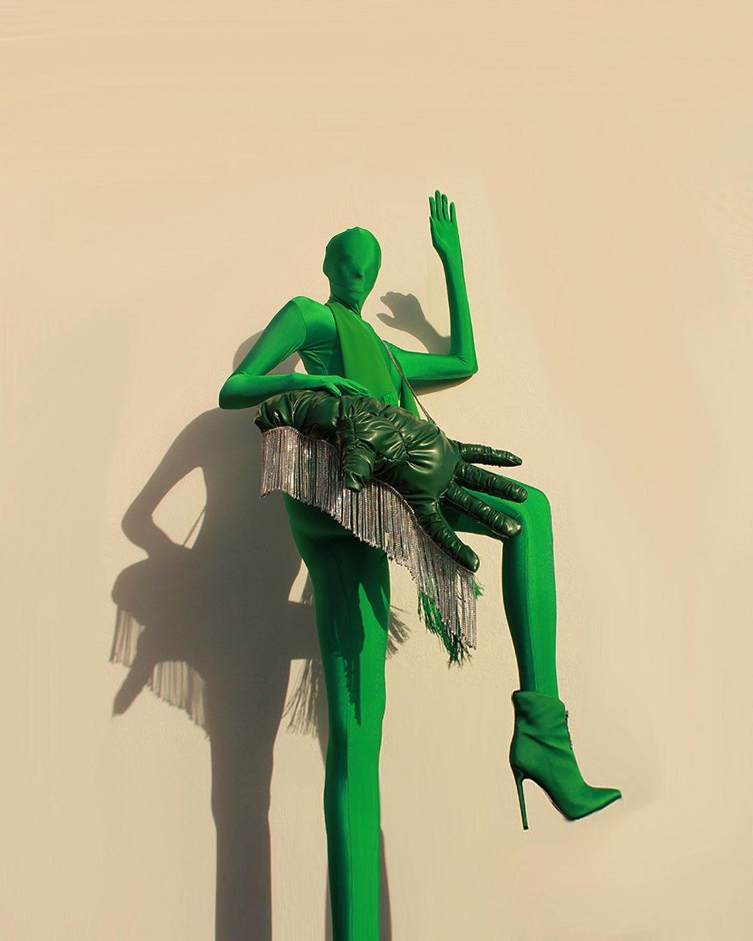 Conoce a David James Bell, un diseñador británico que reimagina las prendas clásicas con un toque oversized