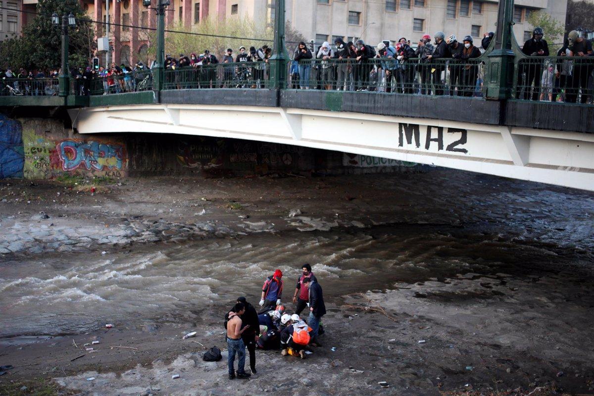 Chile: Carabinero que empujó a menor al río Mapocho será expulsado por posesión de cámara personal no autorizada