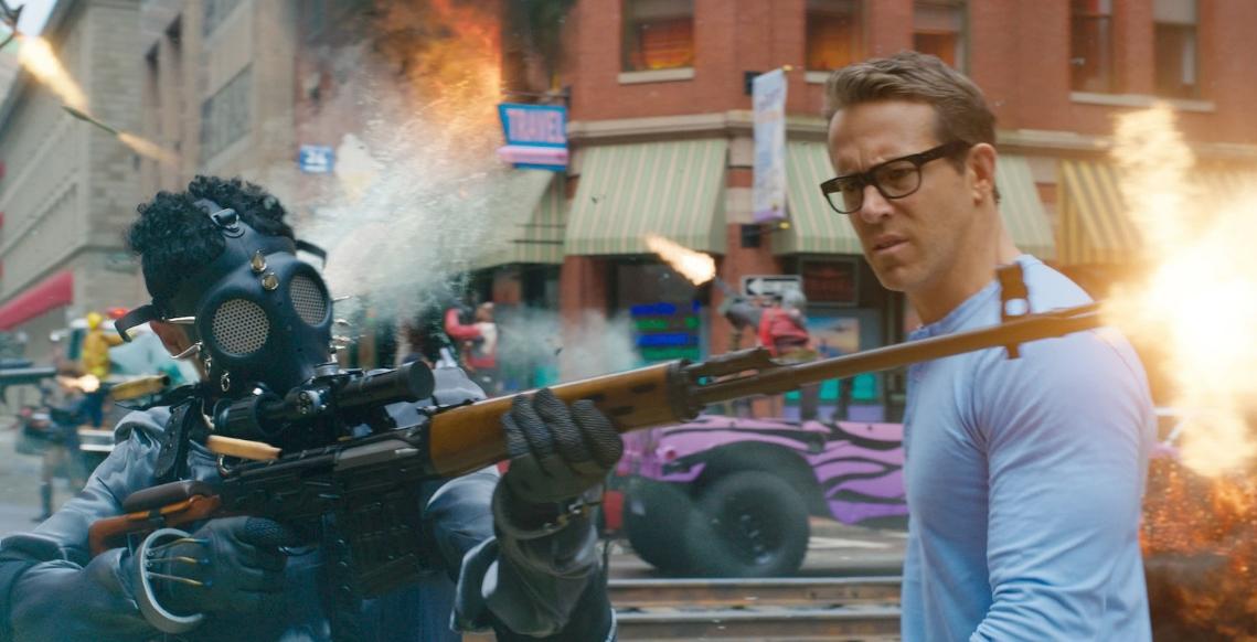 """""""Free Guy"""": Ryan Reynolds descubre que es un personaje de fondo en un videojuego en esta comedia de acción"""