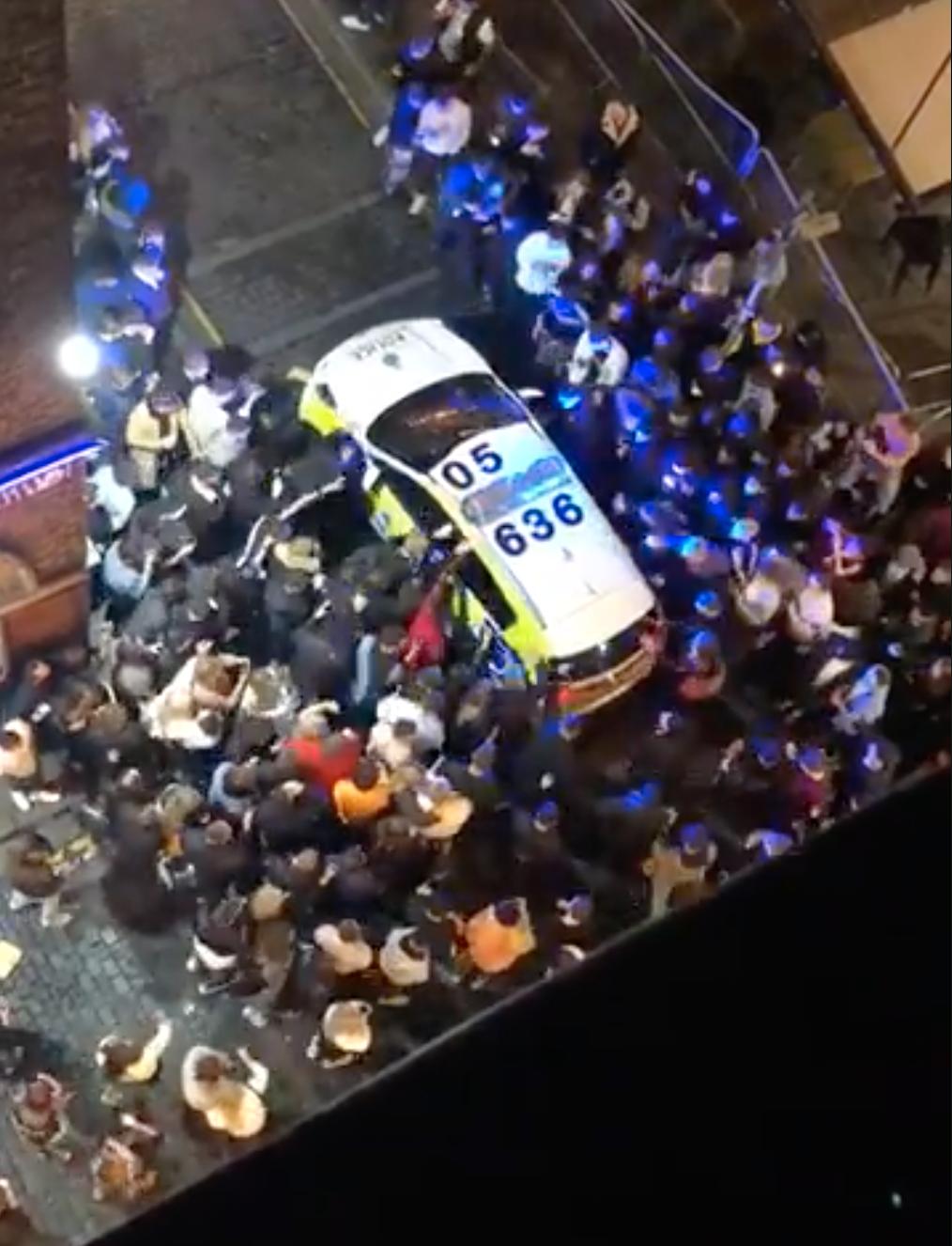 """Coronavirus: Decenas de personas atacan a la policía de Liverpool por medidas de confinamiento; Portugal decreta """"estado de calamidad"""""""