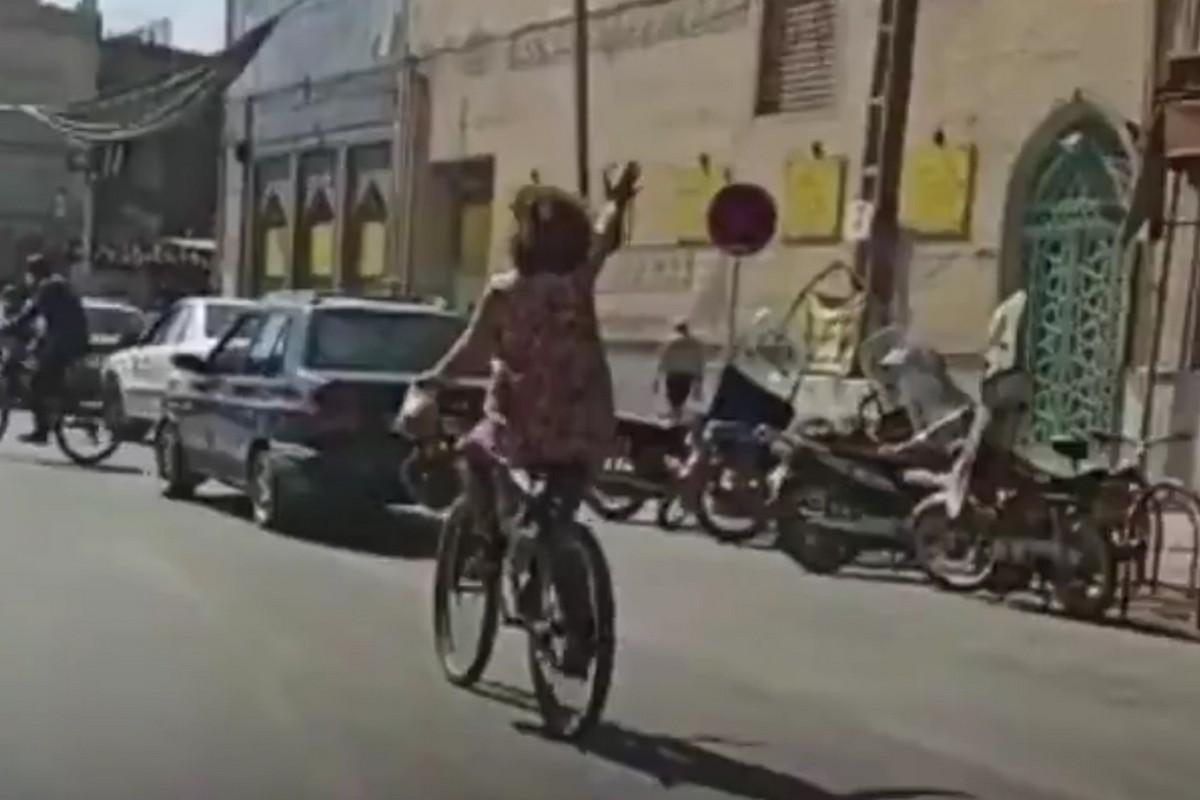Irán: Mujer es arrestada por pasear en bicicleta sin llevar velo