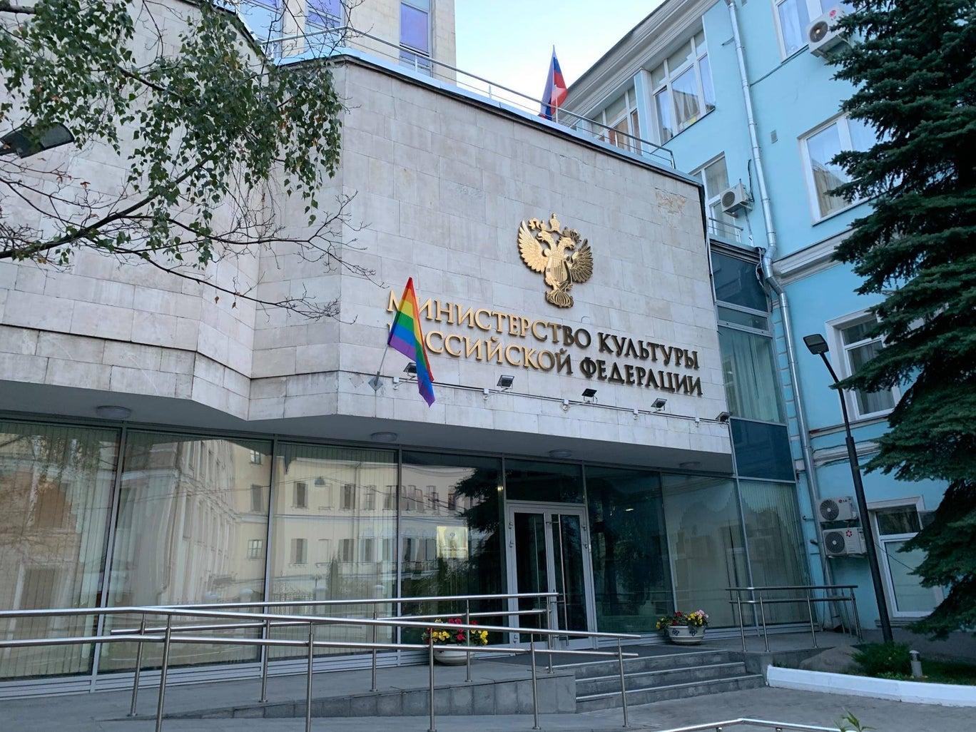 Pussy Riot celebra el cumpleaños de Vladimir Putin con banderas LGBTQ+ en edificios gubernamentales rusos