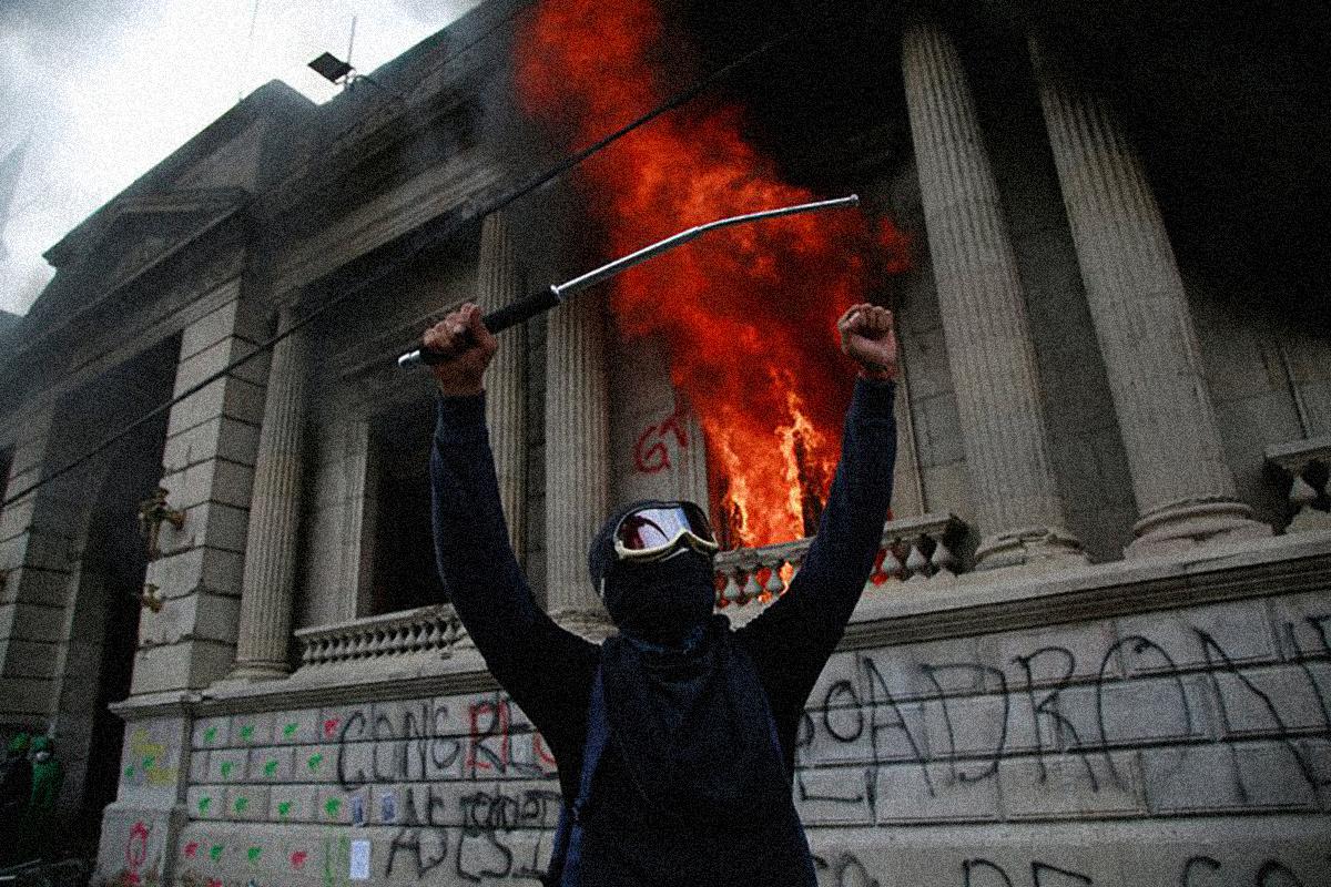 Manifestantes incendian el Congreso de Guatemala