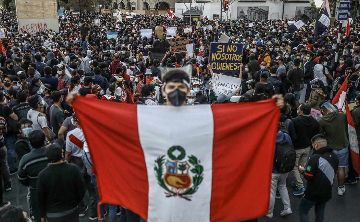 Perú: Masiva marcha aumenta la presión contra el nuevo gobierno interino de Manuel Merino