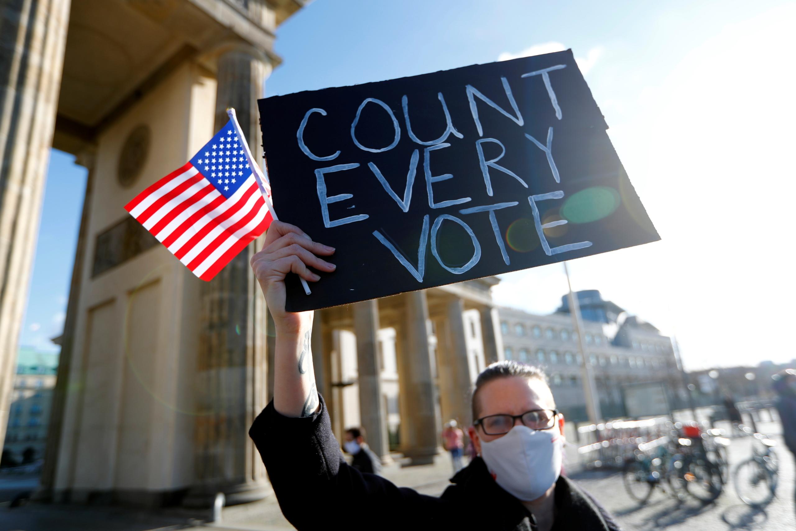 Elecciones EE.UU.: Trump y Biden con diferencias mínimas de votos en estados que decidirán la presidencia