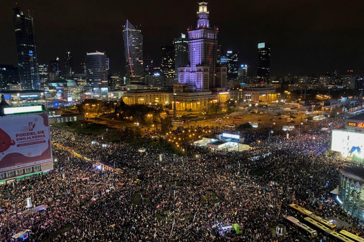 Polonia: Protestas multitudinarias ponen freno a la implementación de nueva ley contra el aborto