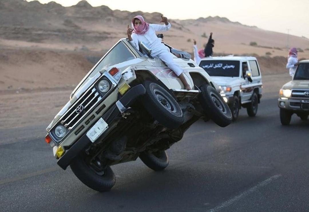 Conoce el Sidewalk Skiing, la práctica extrema de los conductores en Arabia Saudita que manejan en dos ruedas