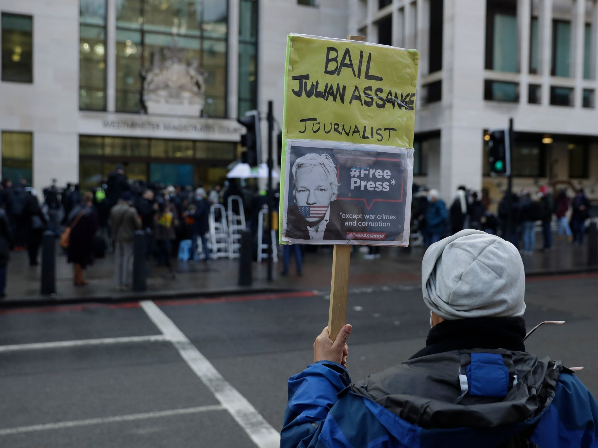 "Niegan libertad condicional para Julian Assange, fundador de Wikileaks, por ""riesgo de fuga"""
