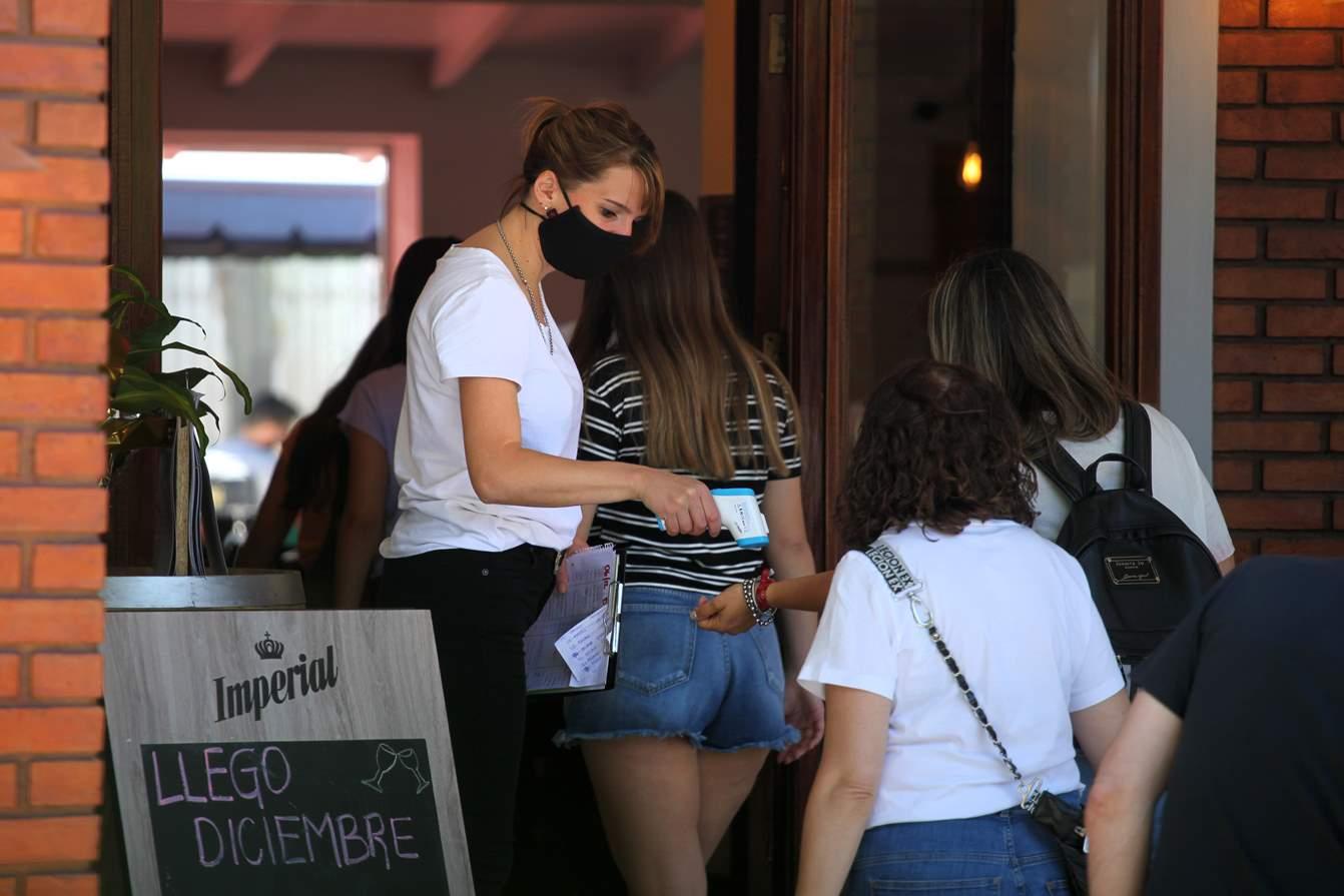 Coronavirus: Chile registra alza en casos activos por noveno día consecutivo; verano en Argentina deja aumento en cifras de contagio