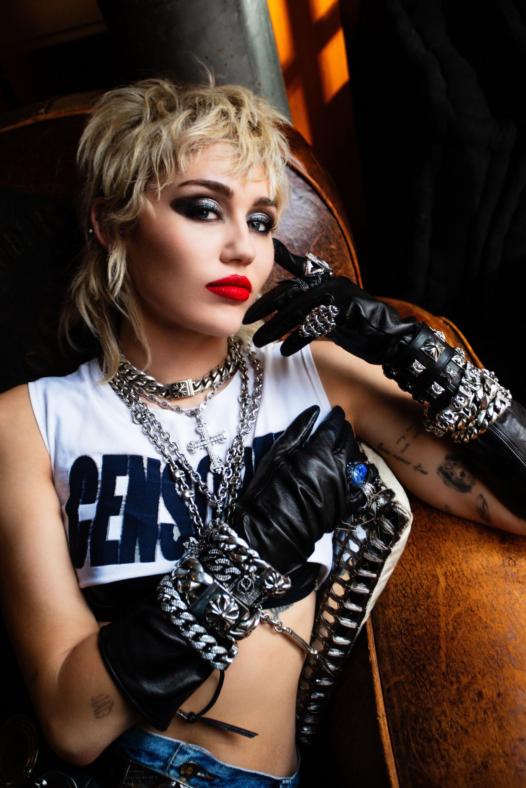Miley Cyrus dice que su álbum de covers de Metallica contará con Elton John, Chad Smith de los Red Hot Chili Peppers y más
