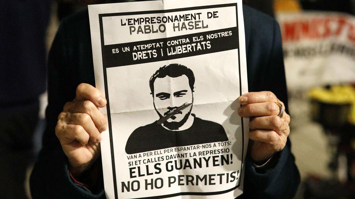 """Rapero español Pablo Hasél se atrinchera en una universidad para evitar ser encarcelado por """"insultar"""" a la corona española"""