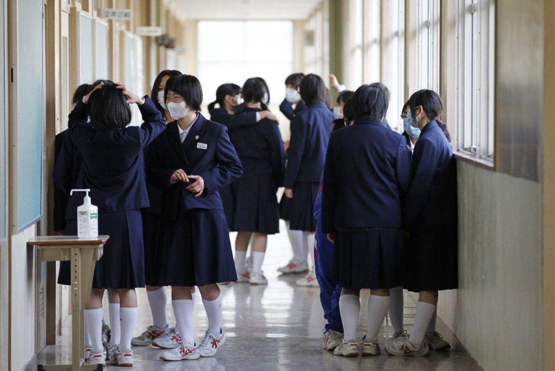 Japón: Una estudiante obligada a teñirse el pelo por su secundaria gana indemnización tras demanda