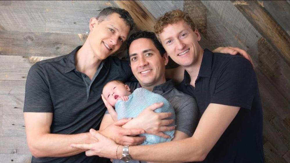 Trieja de padres gays obtienen el derecho legal de poner sus nombres en el certificado de nacimiento de sus hijos