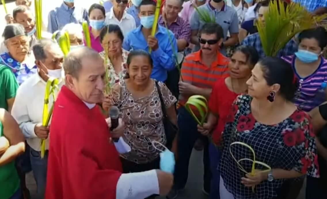 """Coronavirus: Sacerdote hondureño arranca mascarillas de feligreses por ser una """"babosada""""; Pfizer/BioNTech anuncian 100% de efectividad en vacuna para adolescentes"""