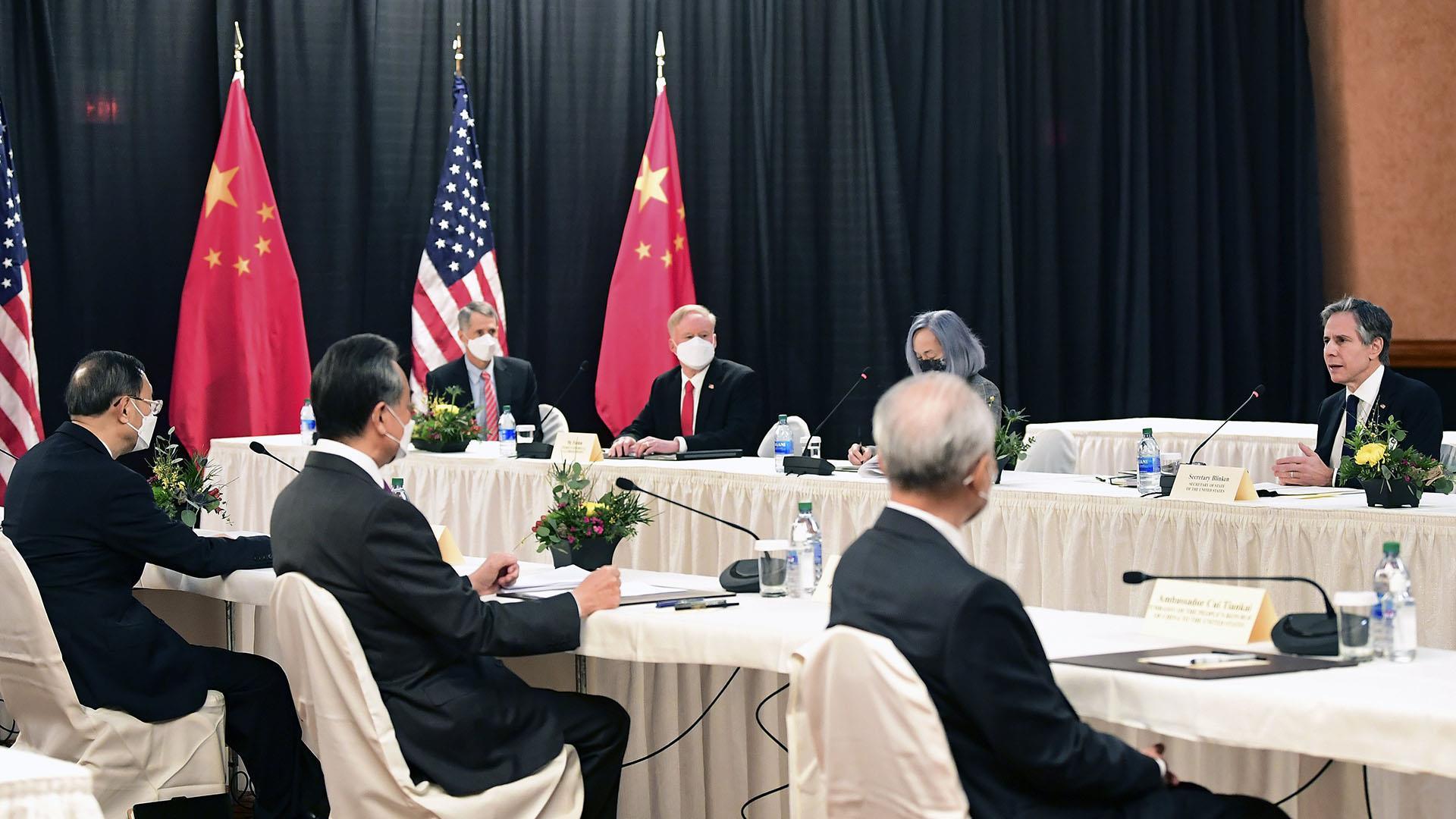 Funcionarios de Estados Unidos y China intercambian insultos en su primer encuentro de alto nivel