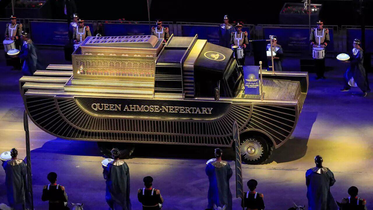 """Egipto: 22 momias faraónicas fueron trasladadas en medio de un increíble """"Desfile Dorado de los Faraones"""""""