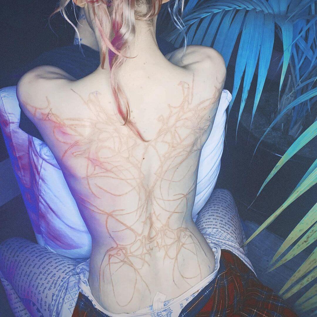 Grimes suma este tatuaje gigante a su colección